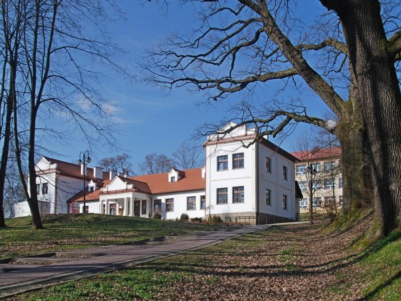 Zabytkowy dwór / Henryk Bielamowicz - Praca własna / Wikipedia / CC BY-SA 4.0