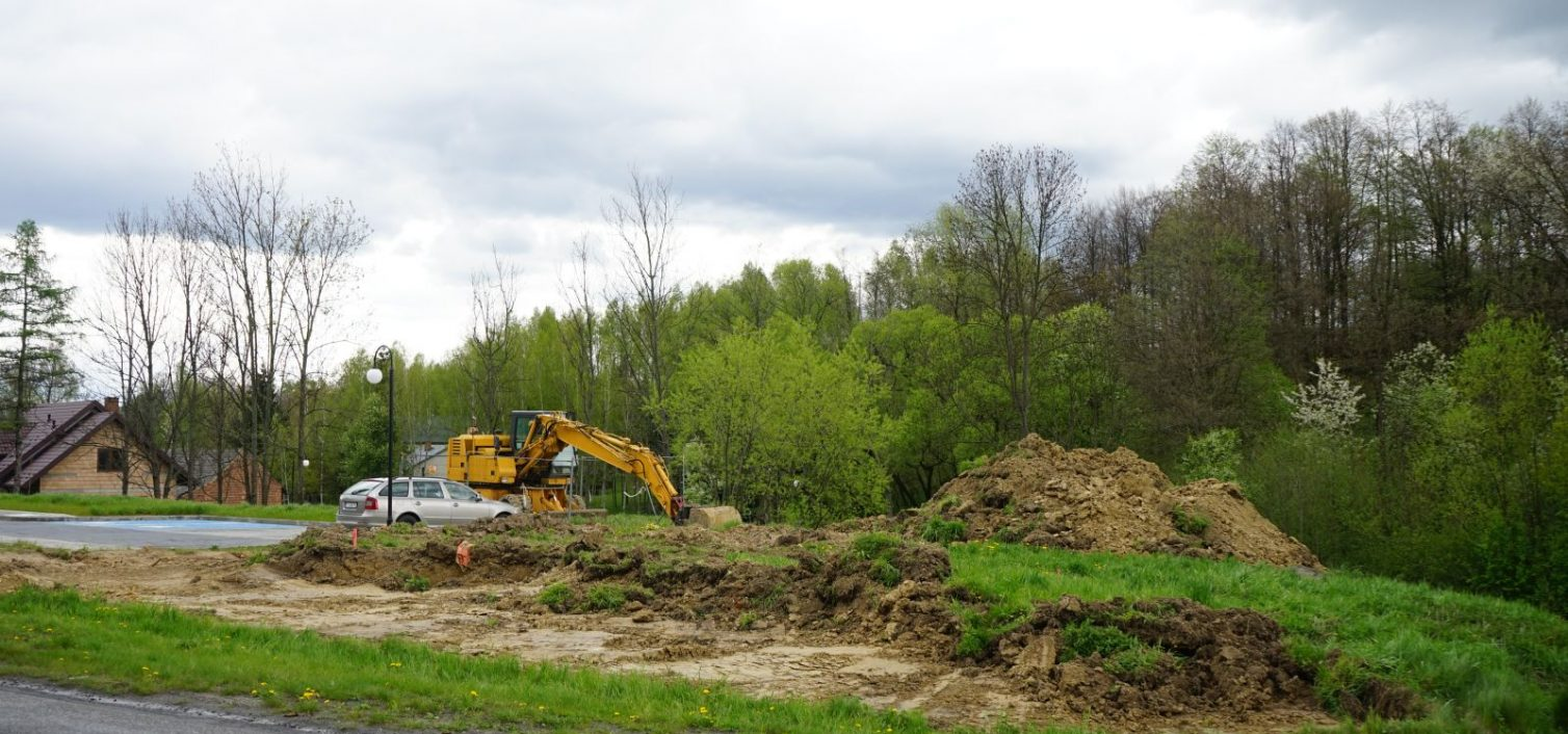 Rozpoczęły się prace przy budowie parkingu w Szynwałdzie – etap II
