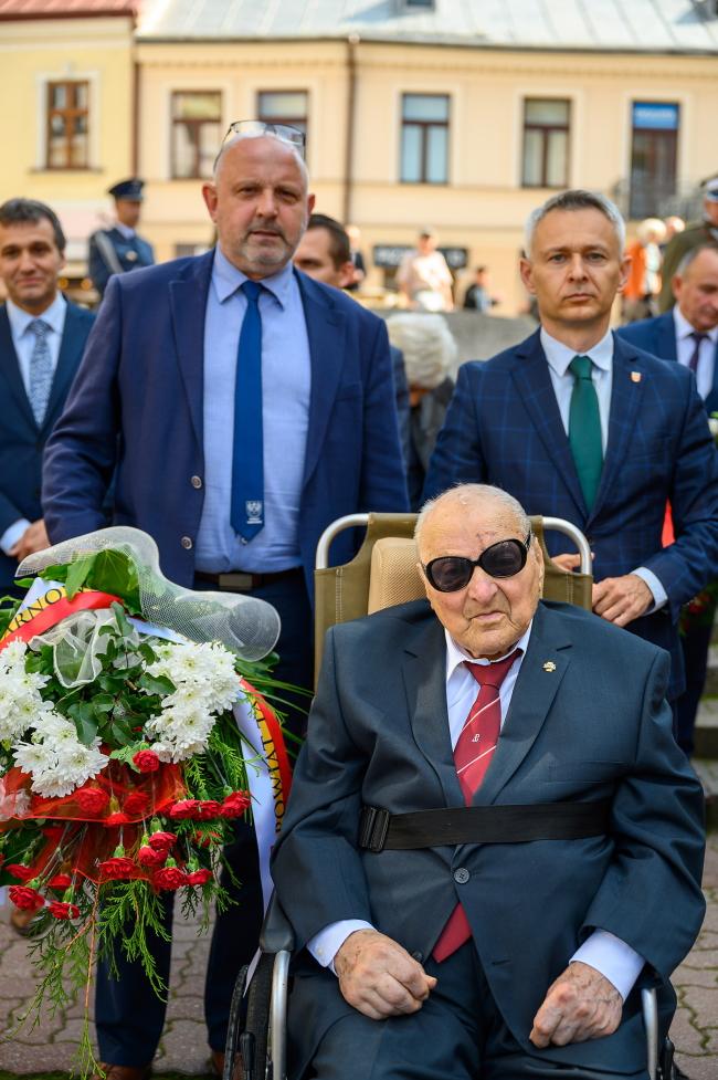Podczas uroczystości na zdjęciu wicestarosta Jacek Hudyma , członek zarządu Tomasz Stelmach i generał Zdzisław Baszaka