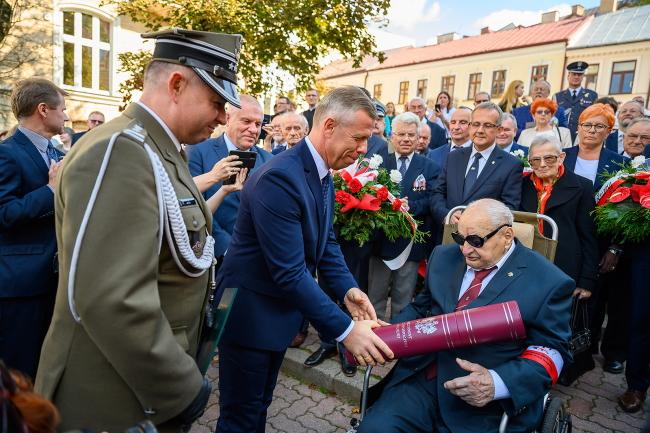 Zdjęcie przedstawiające ministra Piotra Ćwika i pułkownika Zdzisława Baszaka