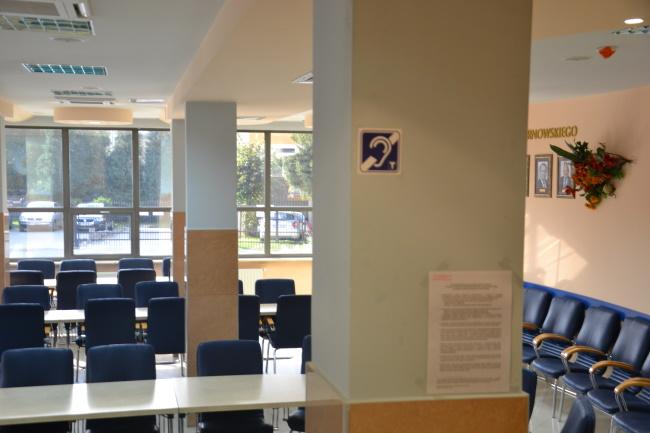 Oznaczenie o pętli indukcyjnej w sali konferencyjnej Starostwa Powiatowego w Tarnowie