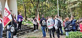 Społeczność szkolna z Jaworzna na cmentarzu wojennym 171 w Łowczówku