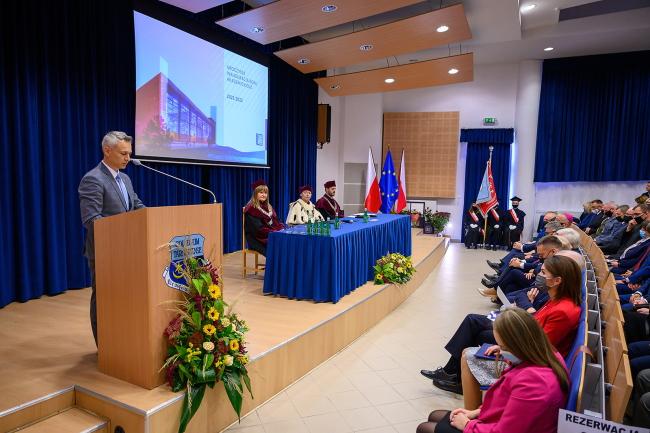 Członek zarządu powiatu tarnowskiego podczas inauguracji roku akademickiego